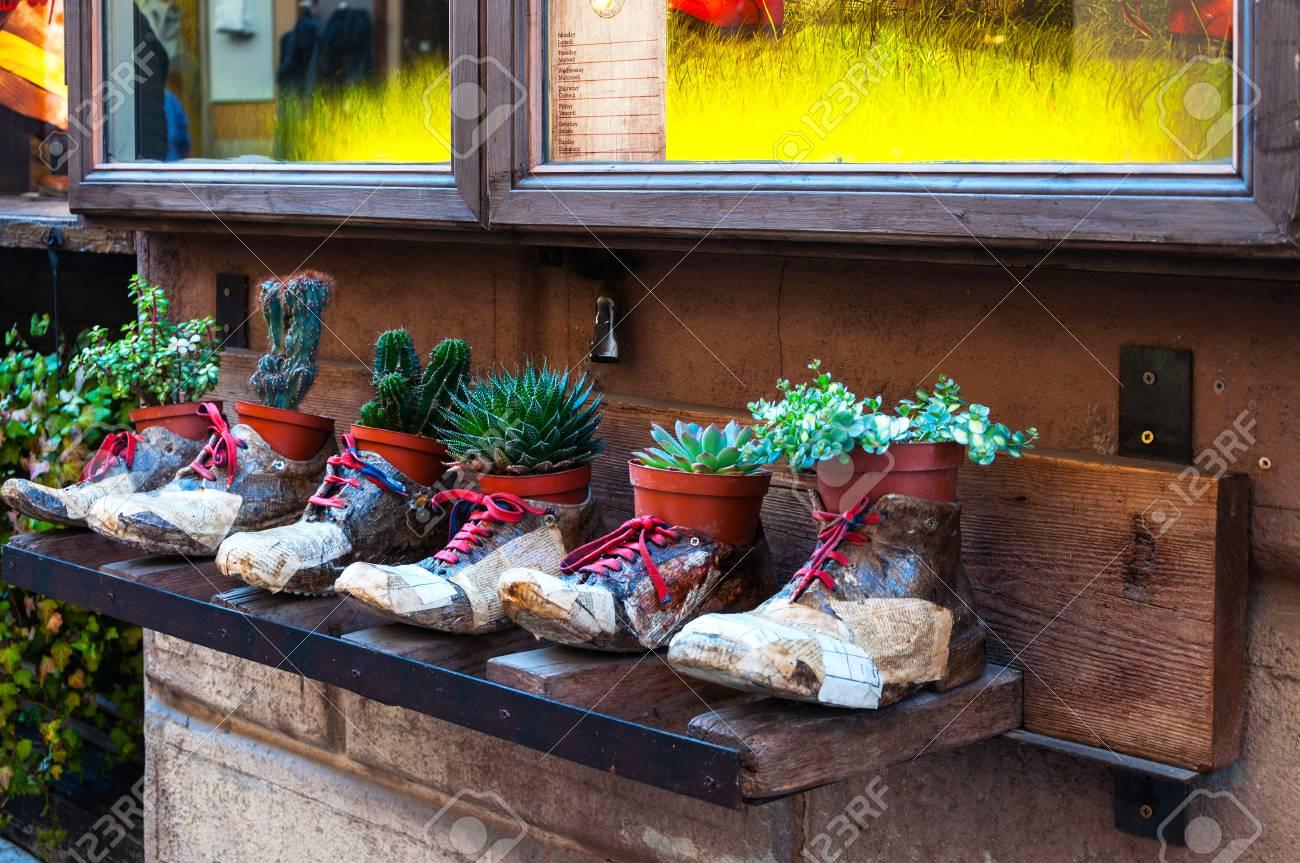 Macetas Decorativas En Forma De Zapatos Con Flores Publicidad De Una Zapatería En La Calle Montepulciano