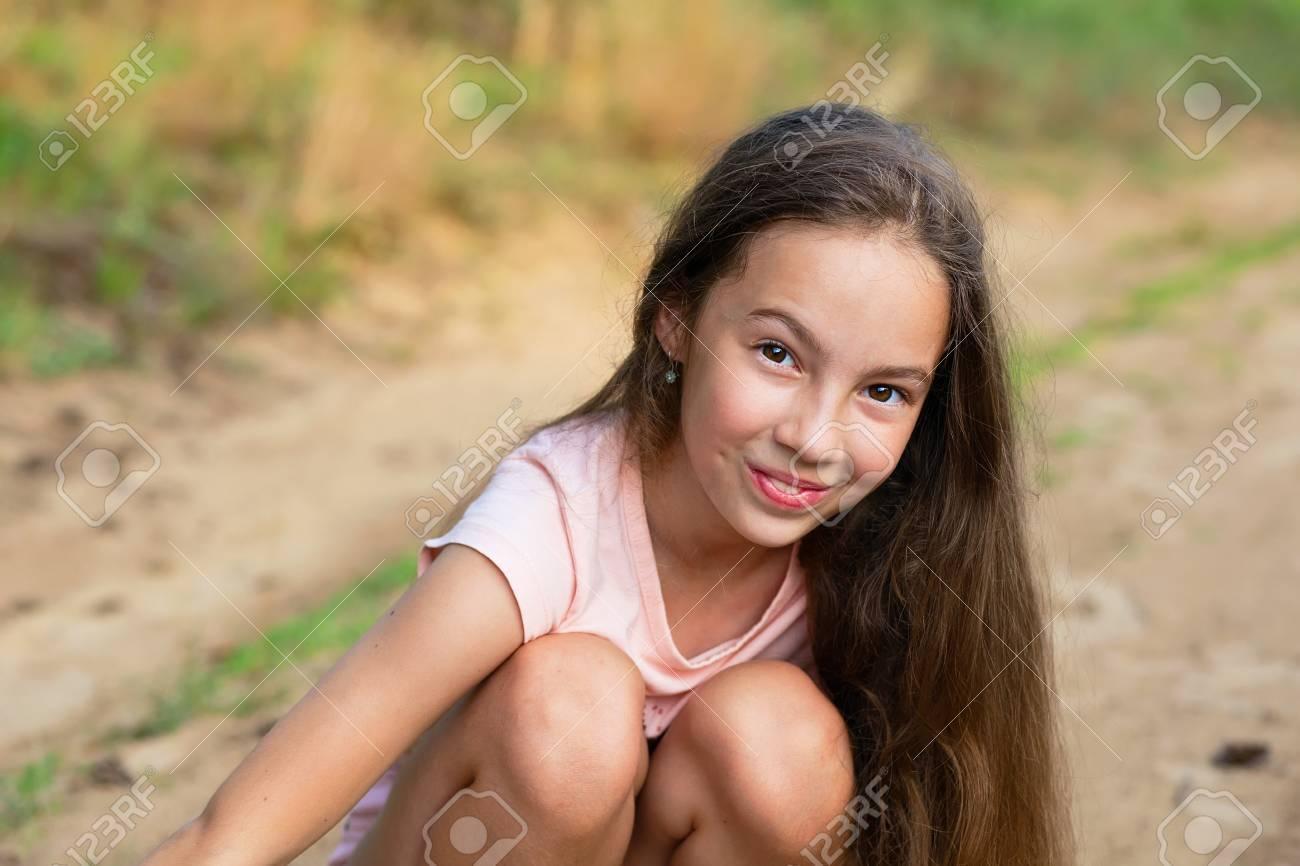 Banque Dimages Bonne Petite Fille Excitee Cute Teen Girl Souriant Tres Heureux Sur Fond Dete