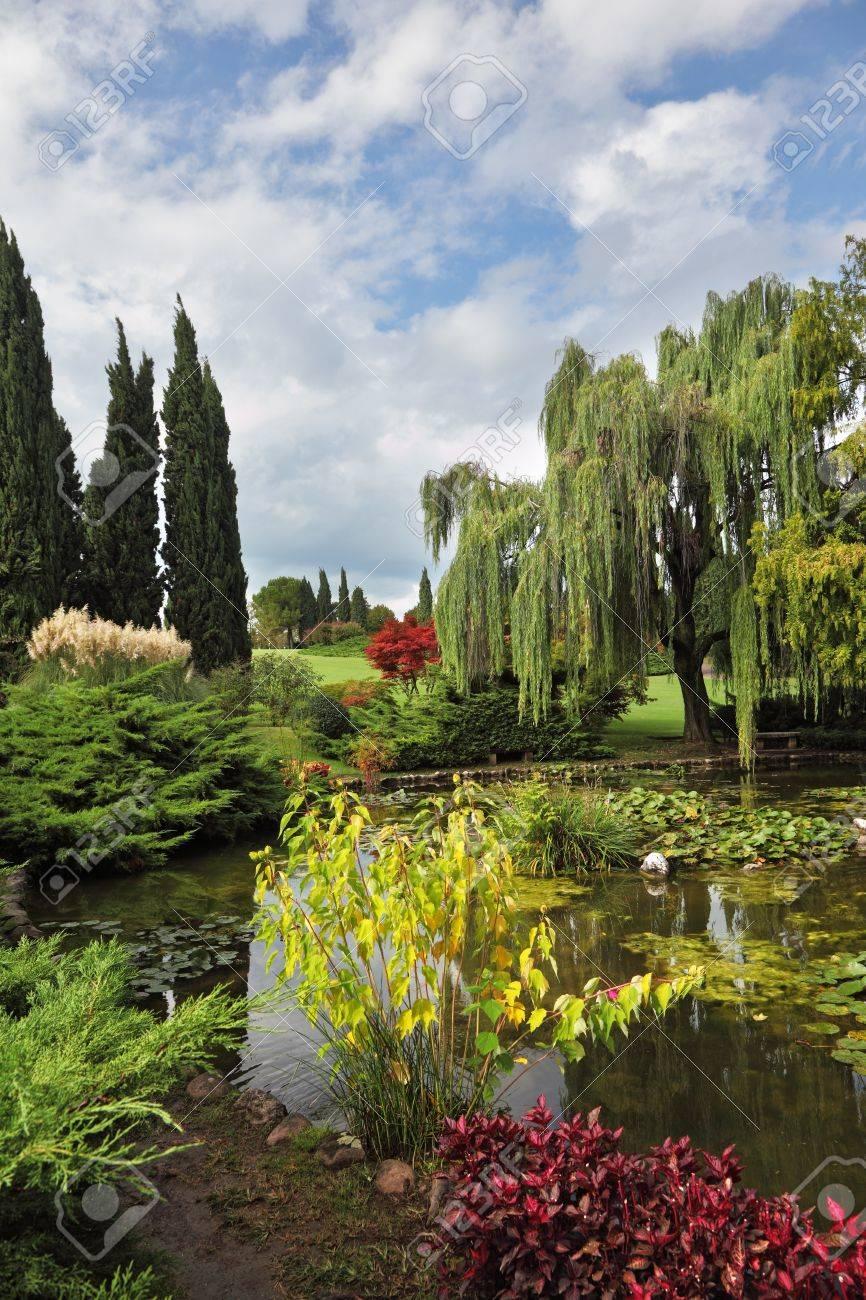 Alberi Ornamentali Da Giardino fabulously bellissimo parco-giardino sigurtà. laghetto ornamentale e fiori  colorati e alberi