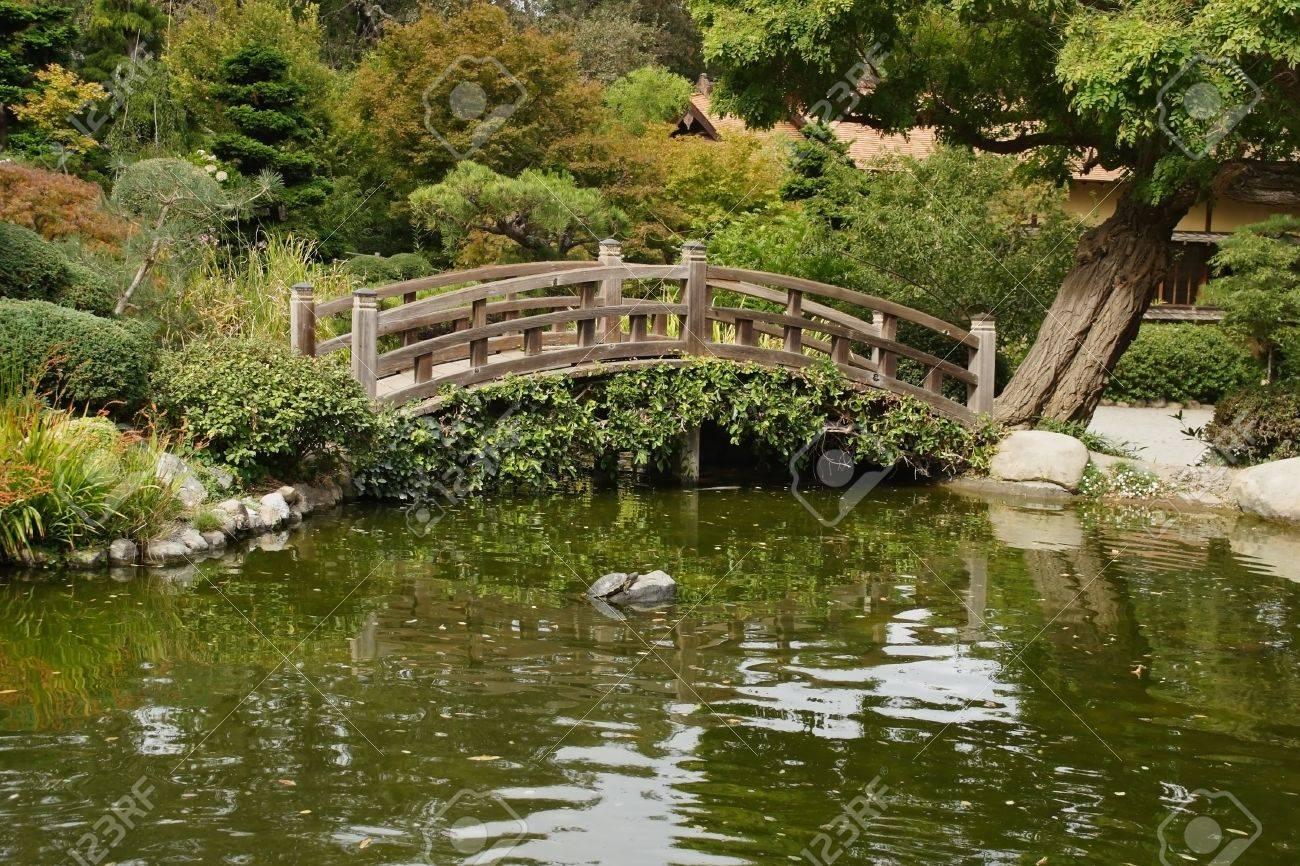un pequeo estanque y un puente de madera decorativos en el jardn japons en saratoga foto