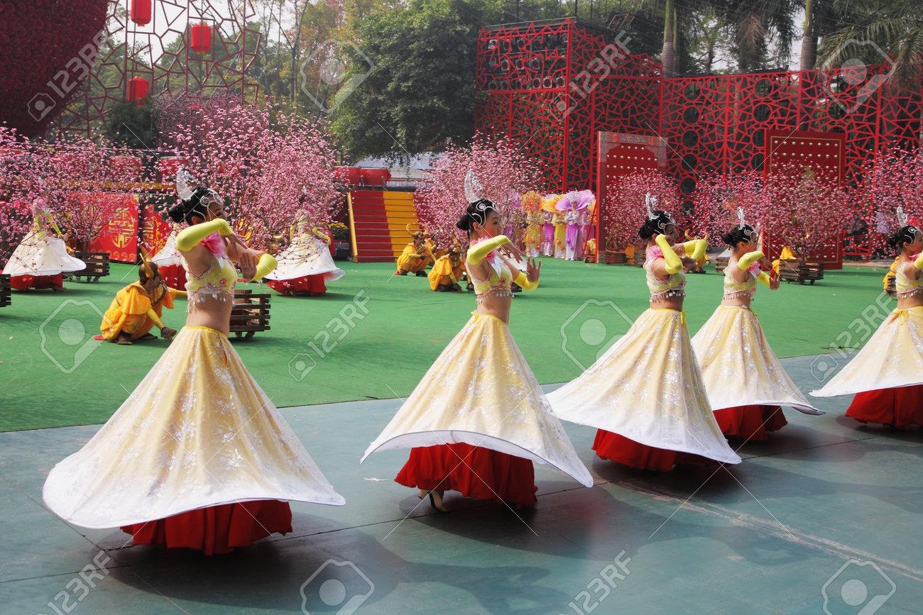 Chinese New Year Tanzgruppe Von Mädchen In Schönen Kostümen, Die An ...