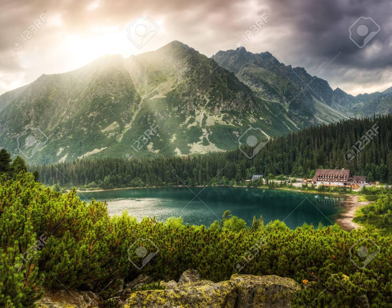 ポプラト池、高タトラ山脈、スロバキアの近くのマウンテン シャレーと ...