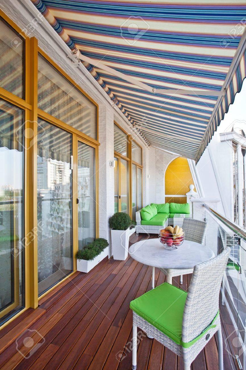 Penthouse Balcón De Un Apartamento Con Terraza De Madera
