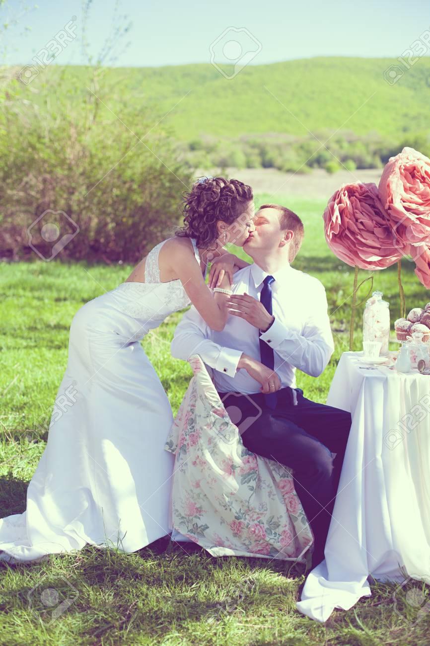 Diner Fantastique Aimer Mariee Et Le Marie Deux Dans Leur Jour Tableau De Mariage Decore Avec Des Bonbons Et Une Rose Sur Un Fond D Herbe Verte Et Arbustes Dans Le Parc Une
