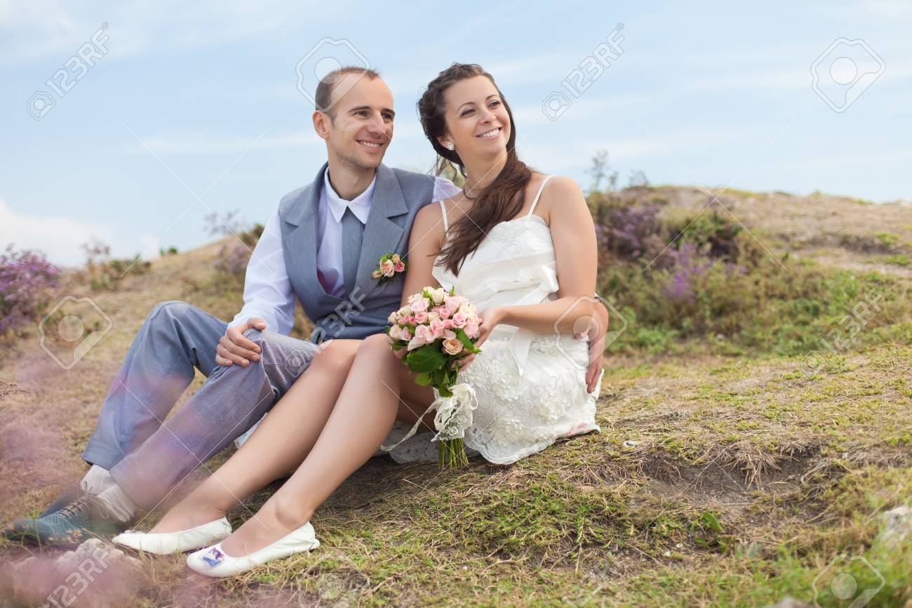 Bride and groom hugging posing on background of the sea  Enjoy a moment of happiness and love in their wedding day Stock Photo - 16569224