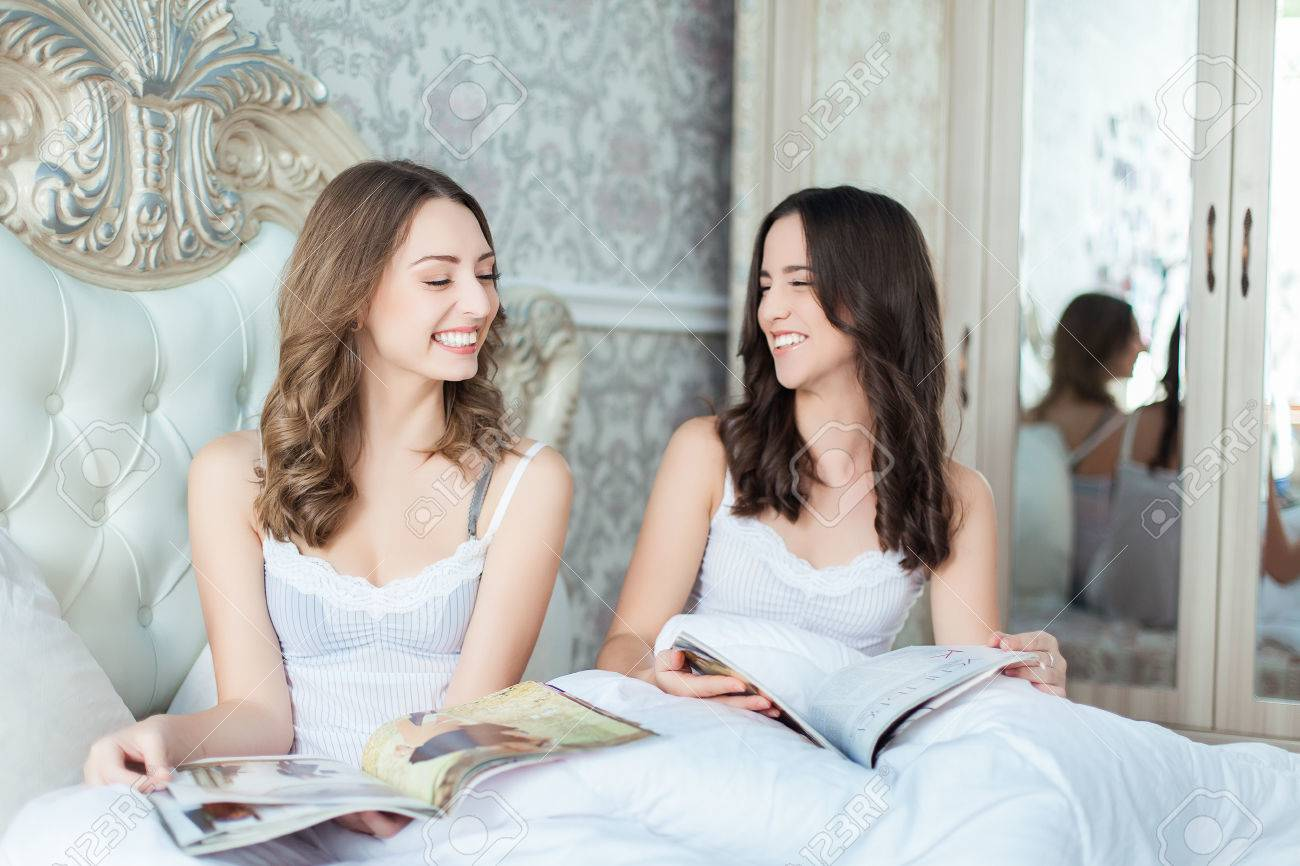 https://previews.123rf.com/images/kazakphoto/kazakphoto1310/kazakphoto131000280/23235274-due-belle-donne-con-la-rivista-in-camera-da-letto.jpg