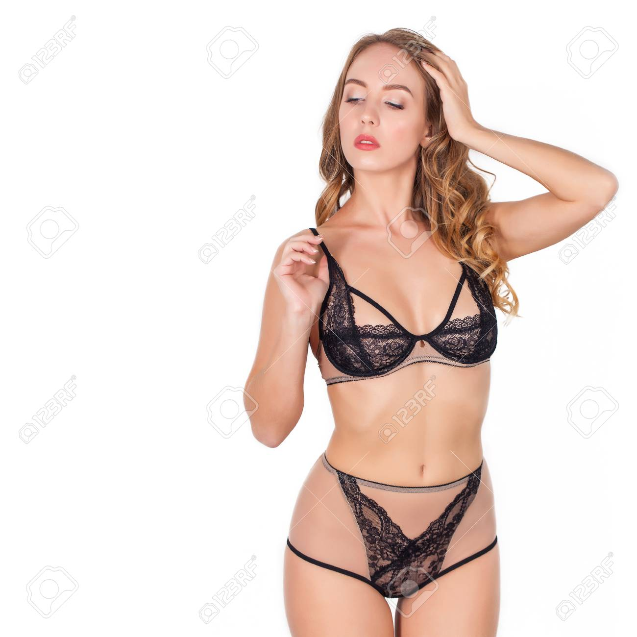 e7fba19eaf97 Hermosa mujer joven de fascinación en ropa interior sexy aisladas sobre  fondo blanco