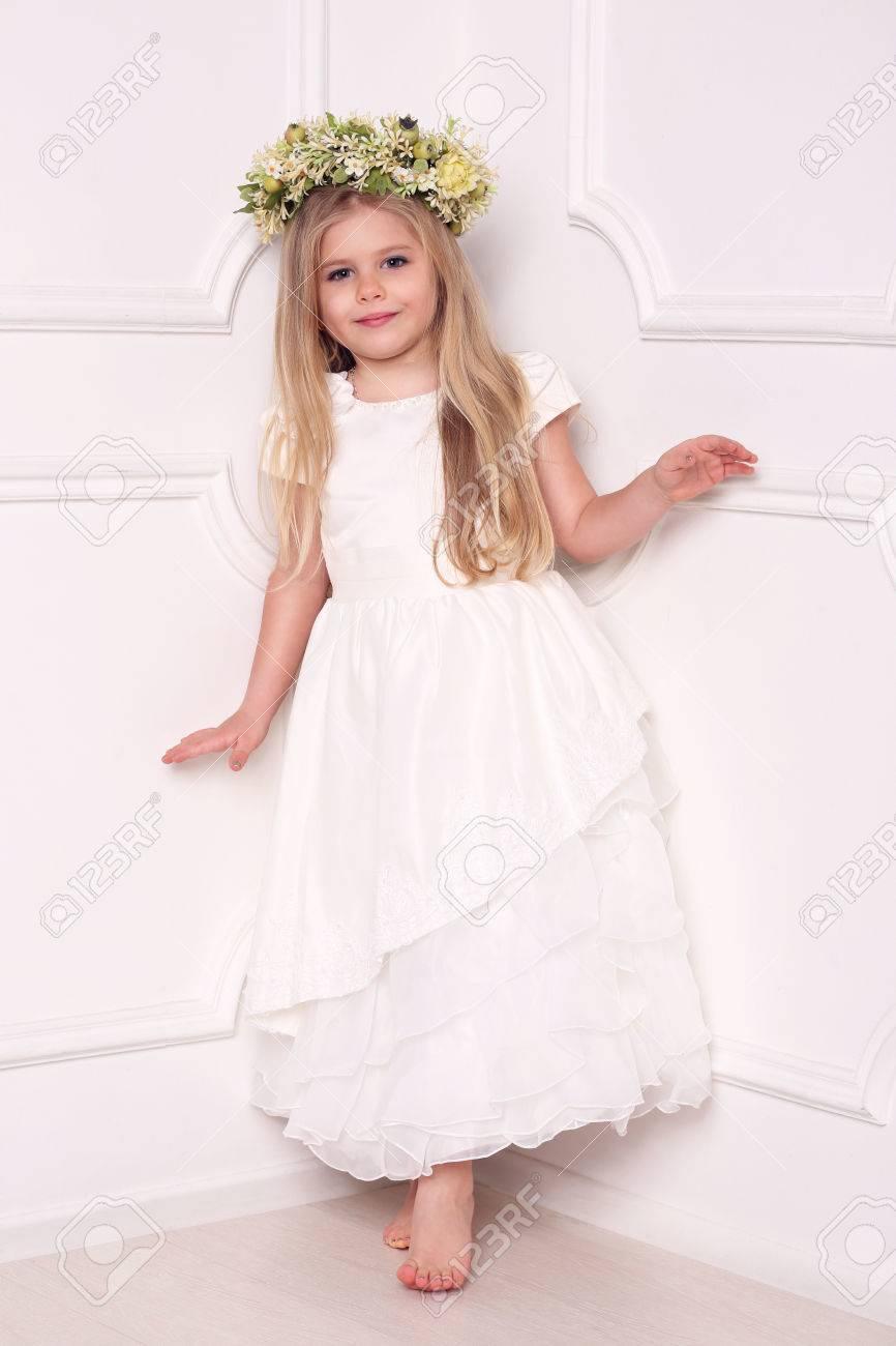 Enfant En Robe Avec Couronne De Fleurs Robes De Filles Vetements