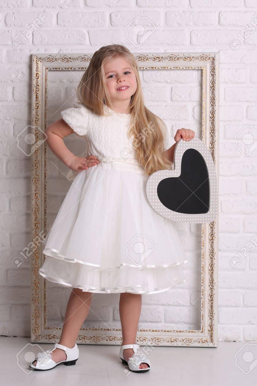 Kind Im Kleid Mit Herz Und Rahmen, Textur Hintergrund, Weiße Mauer ...
