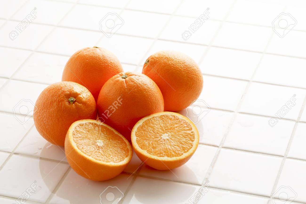 Arancione su piastrelle bianche foto royalty free immagini