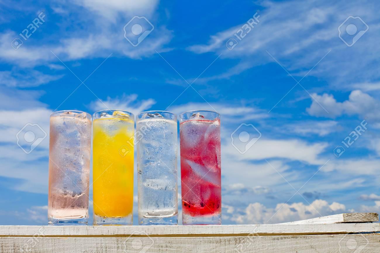 Sommerhimmel Und Kalte Getränke Lizenzfreie Fotos, Bilder Und Stock ...
