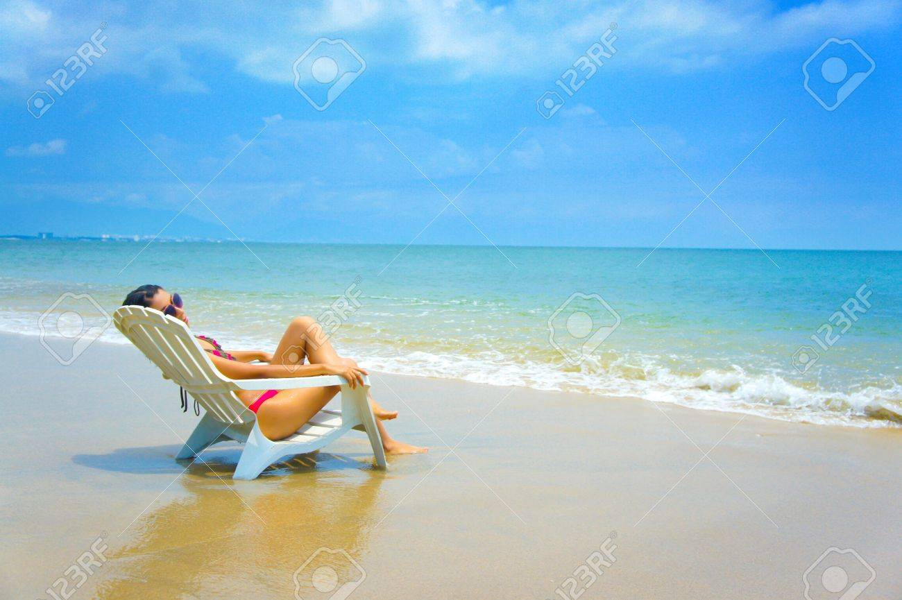 Woman Sitting In A Beach Chair Enjoying The Holiday Banco De Imagens Royalty Free Ilustracoes Imagens E Banco De Imagens Image 14768892