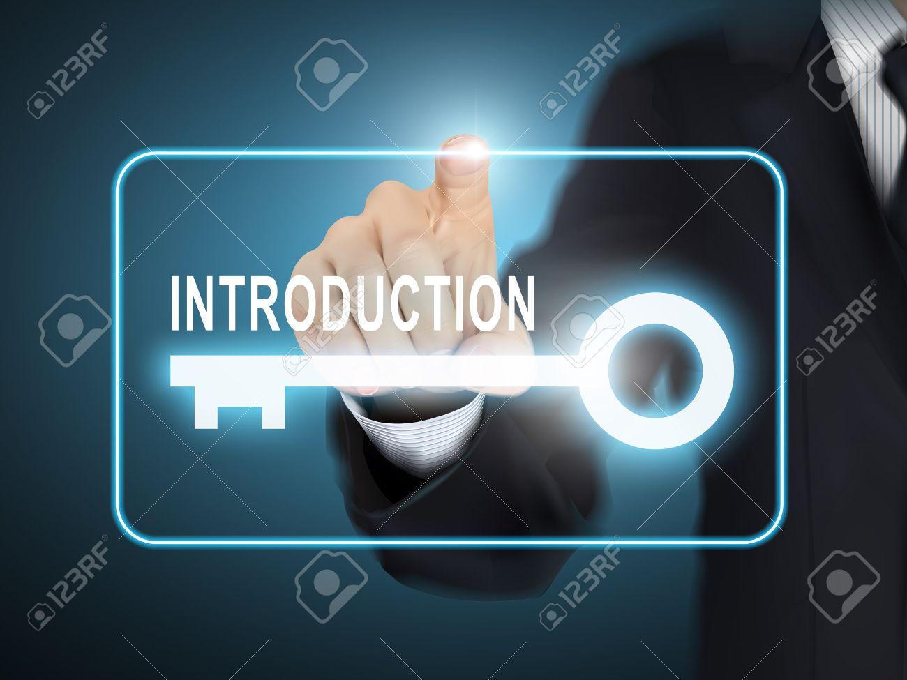Bouton clé de l'introduction de pressage de la main des hommes sur bleu abstrait