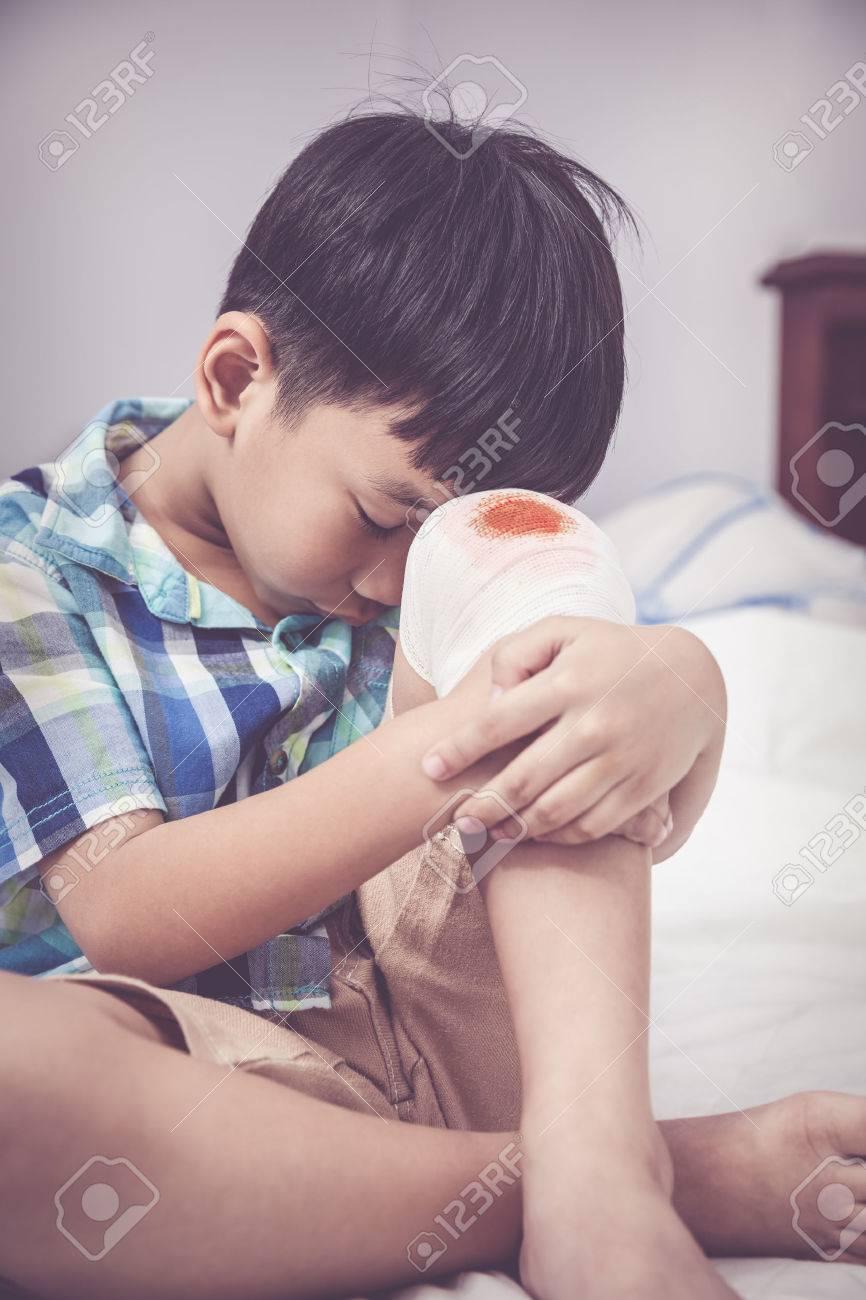 Traurigkeit Asiatischer Junge Sorge über Wunde Am Knie Mit Verband. Kind,