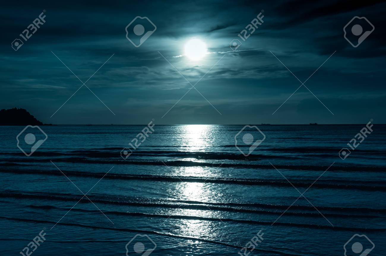 Cielo Variopinto Con La Nuvola E La Luna Piena Luminosa Sopra Vista