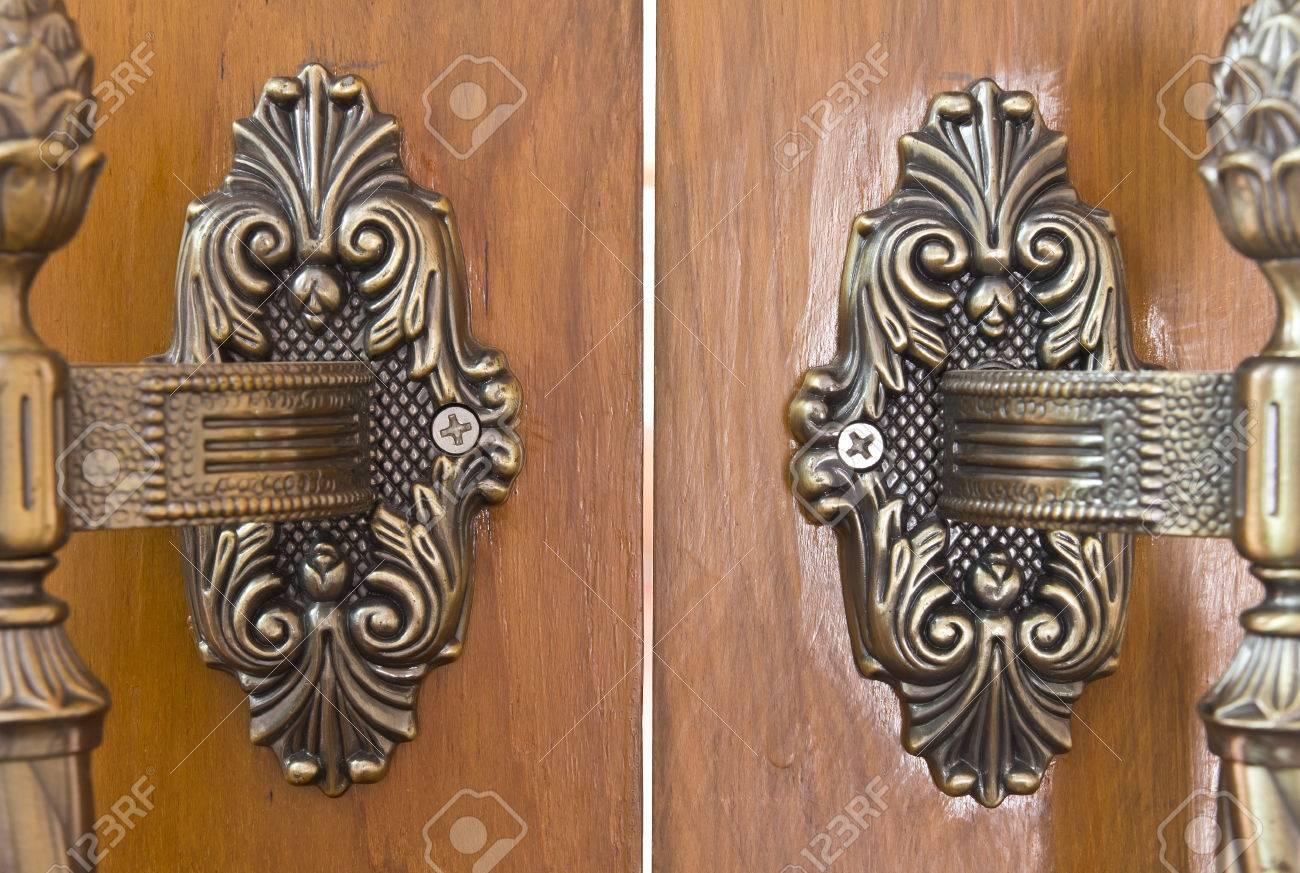 Old wooden door handles, a brass antique bronze Stock Photo - 24177197 - Old Wooden Door Handles, A Brass Antique Bronze Stock Photo