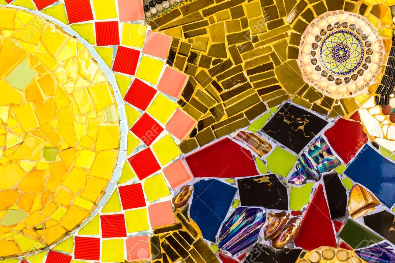 Piastrelle sfondo incrinato piatto con disegni esotici colorati e