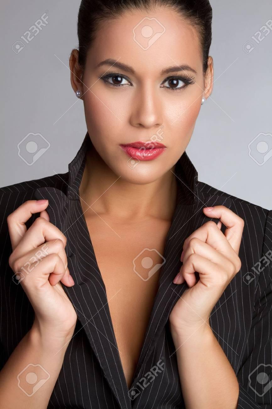 Beautiful latina fashion woman posing - 7115382