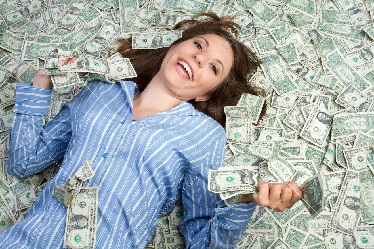 Woman laying in money - 7525781