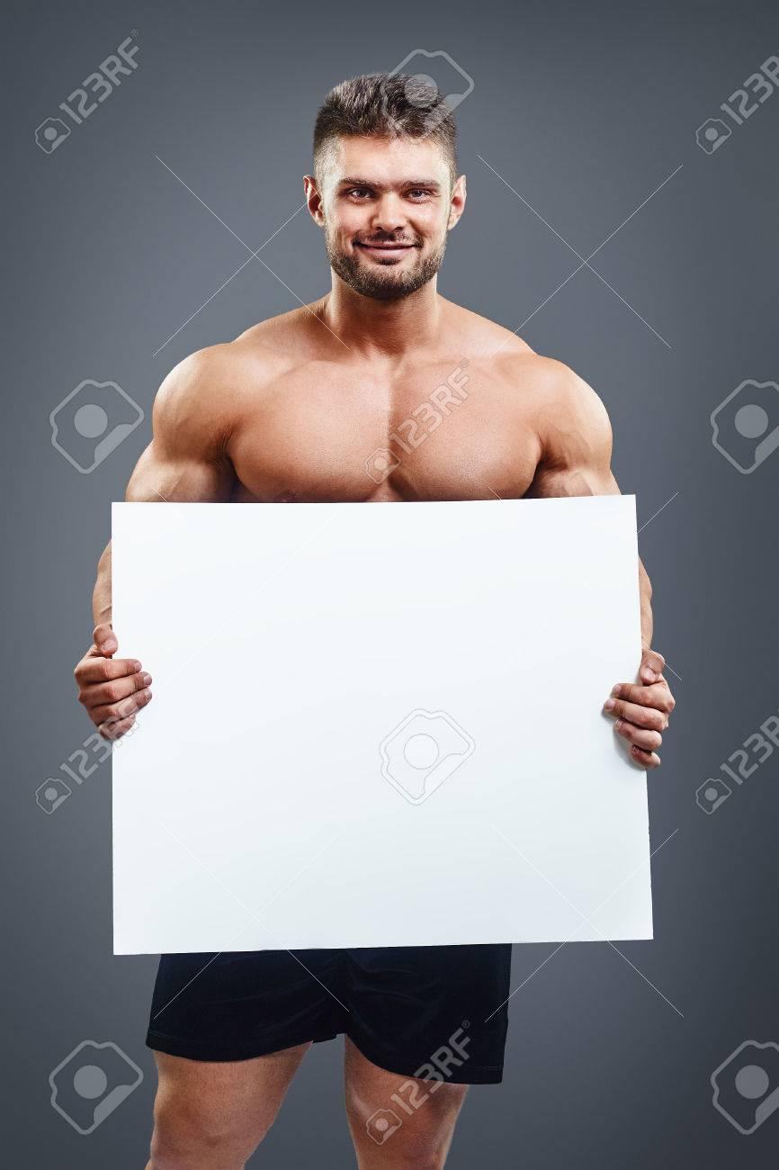 Glückliche Muskulösen Mit Nacktem Oberkörper Mann Zeigt Und Schild ...