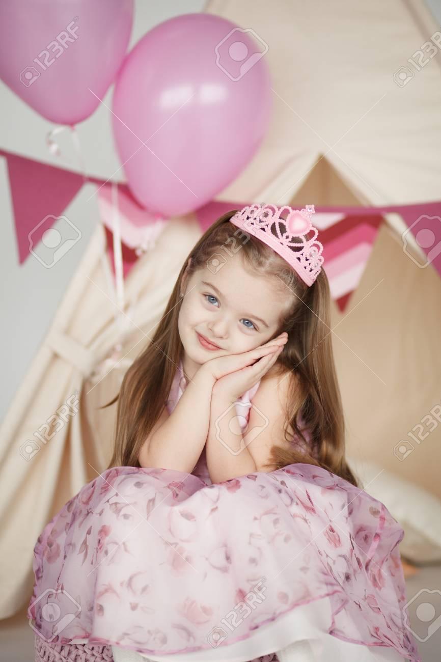 Geburtstag Mädchen Mit Einem Rosa Kleid Und Krone Trägt Eine Reihe ...