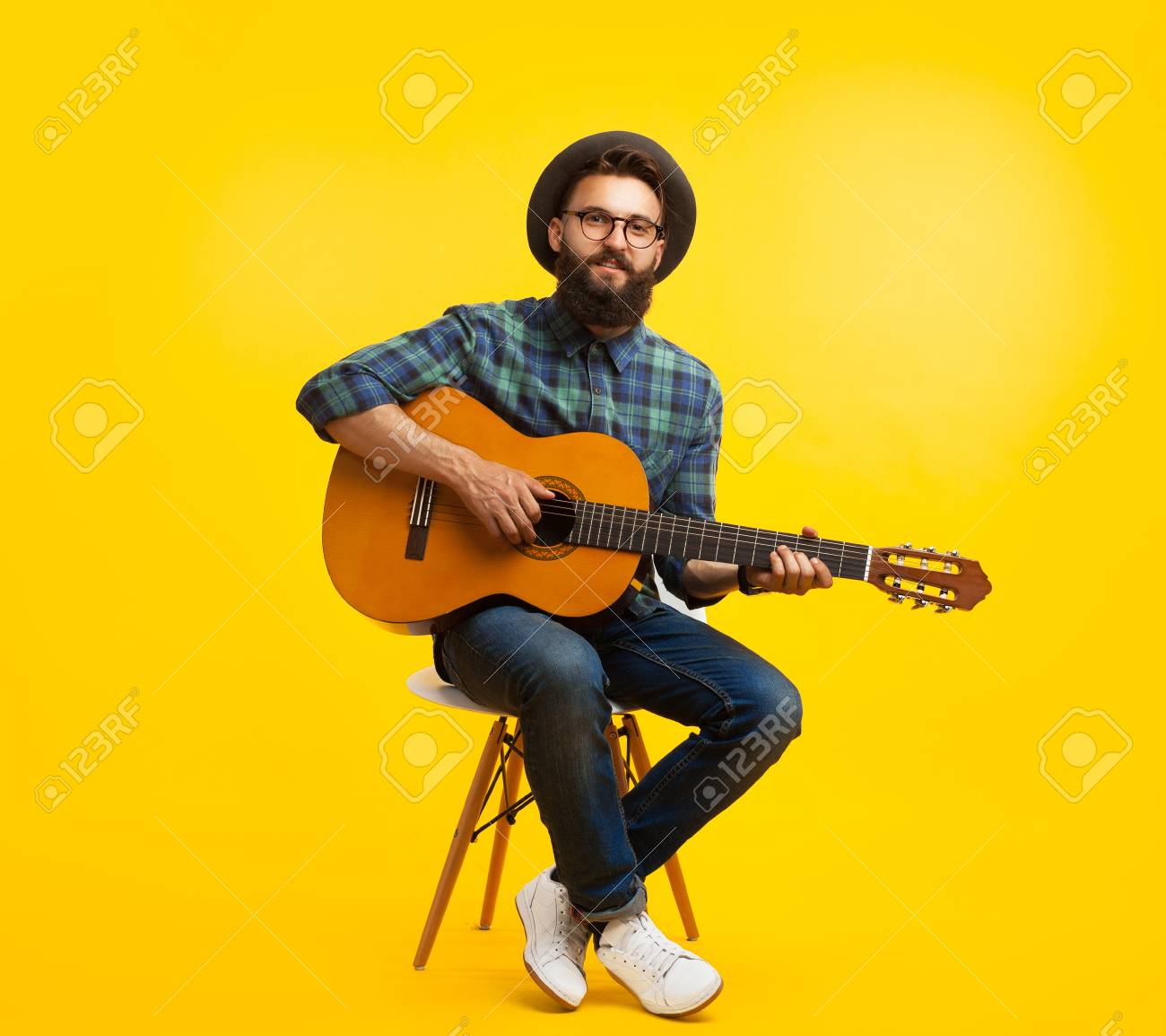 Young man with guitar in studio - 90135091