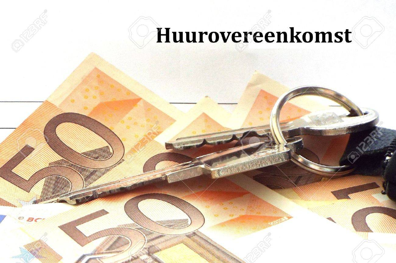 Rental agreement: Key to money - Apartment keys lying together with some 50 euro bills on a lease form. - 37582595