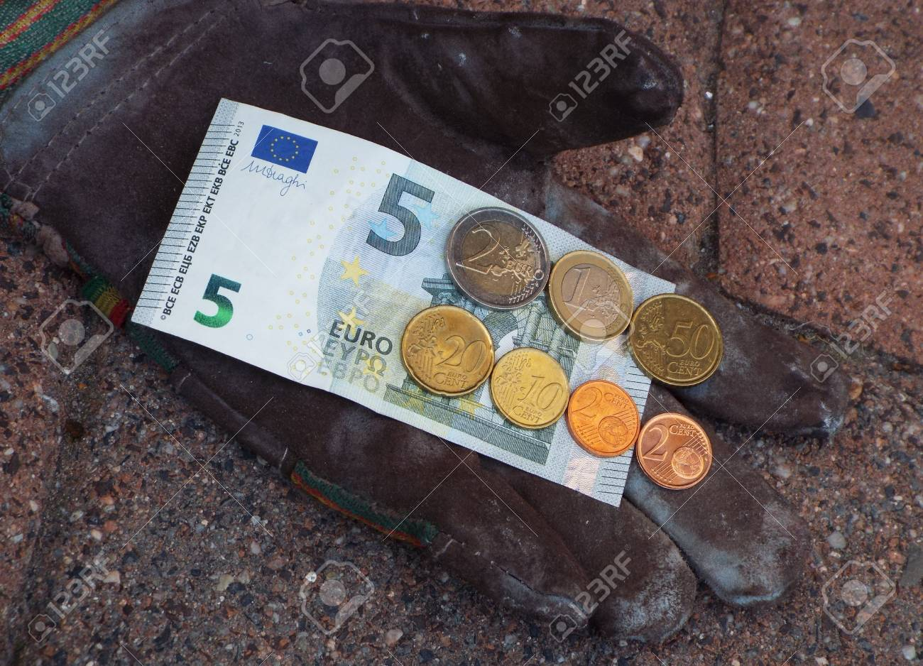Germany minimum wage increase - On a work glove are ?,? 8.84, the German minimum wage from 2017th. - 60581391