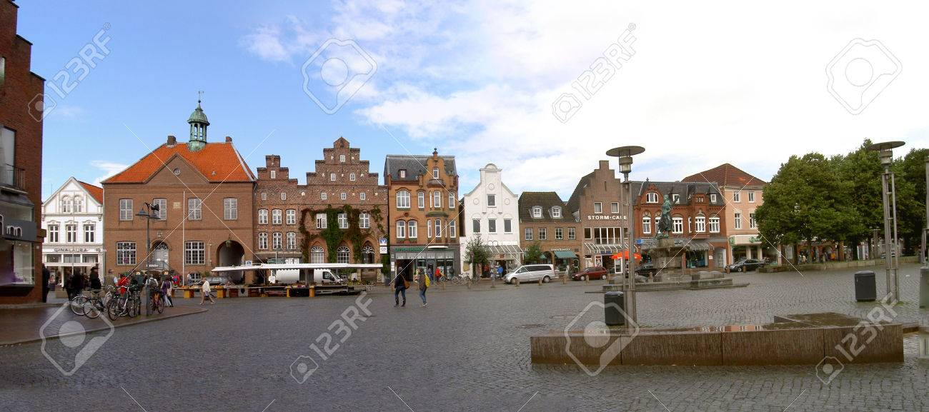 Theodor Storm in Husum - View over the market square in Husum, birthplace of the poet Theodor Storm, market 9, to the left of the Storm Cafe. To the right the Tine Fountain. Husum, Germany 12.09.2012 - 68769728