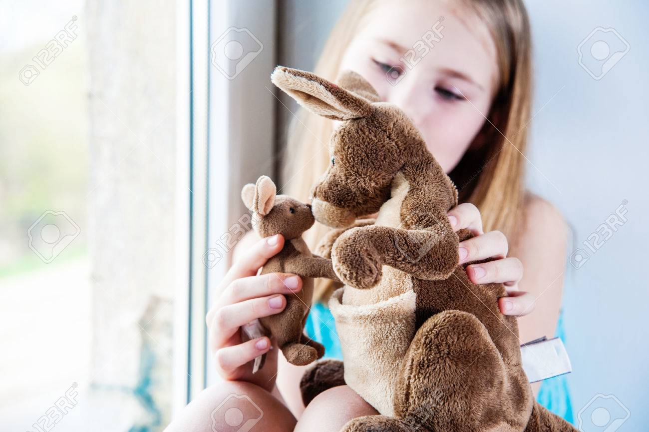 Juguetes 8 Anos Nina.Hermosa Nina De 8 Anos De Edad Jugando Con Su Juguete Grande Y Pequenos Canguros Cerca De La Ventana