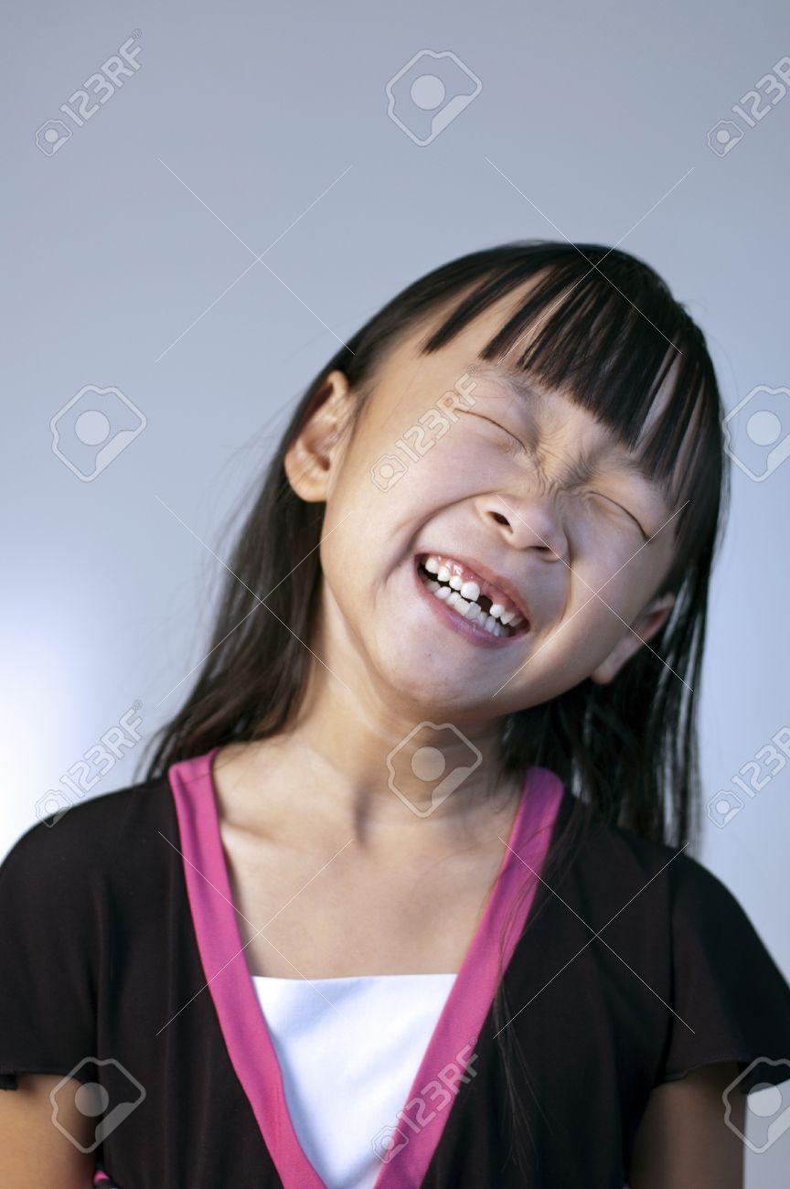 グーフィーと笑う演技かわいい少し中国の少女 ロイヤリティーフリー