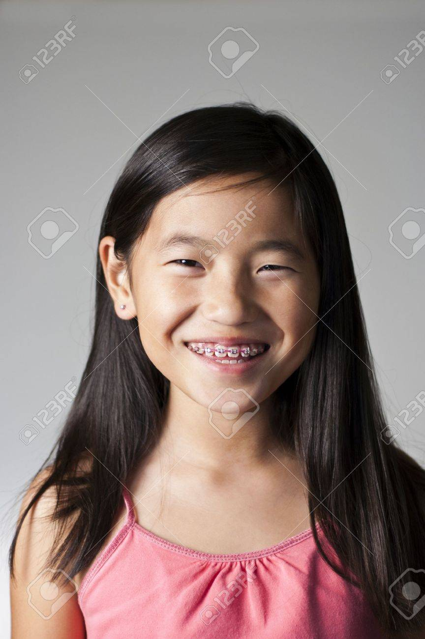 banque dimages trs heureuse jeune fille chinoise avec accolades