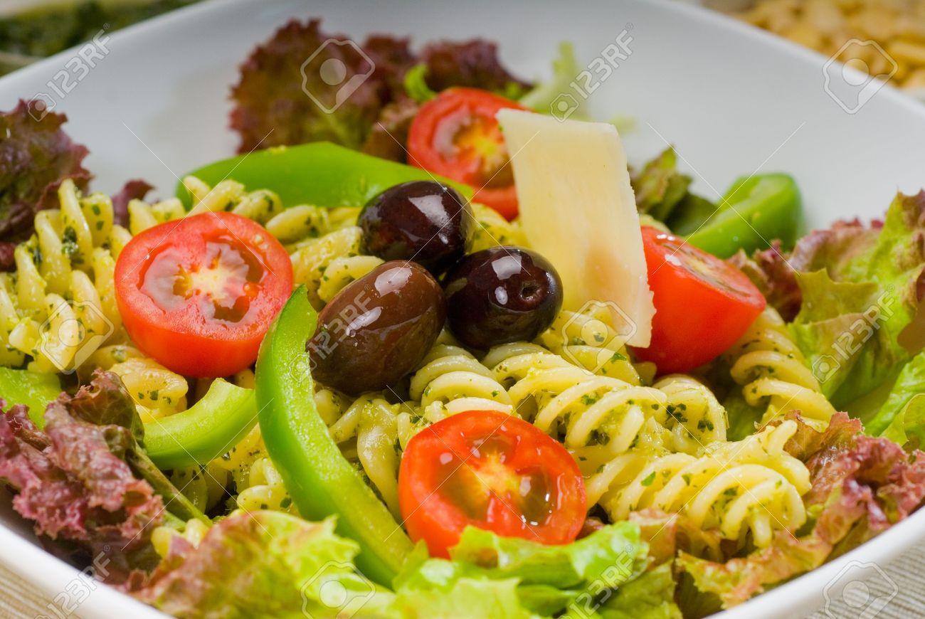 Фото итальянский салат с макаронами и ветчиной рецепт с