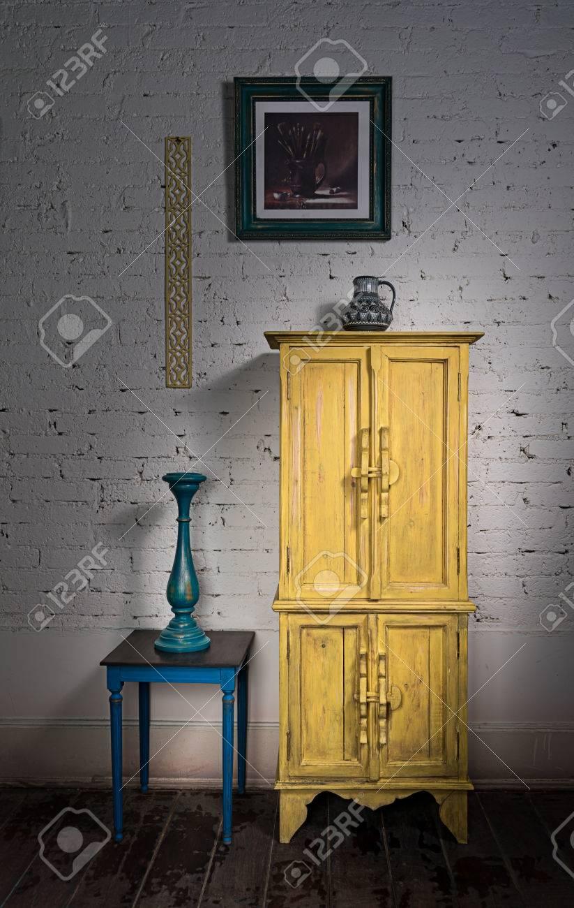 Stillleben Von Vintage-gelben Schrank, Gerahmte Gemälde, Blauer ...