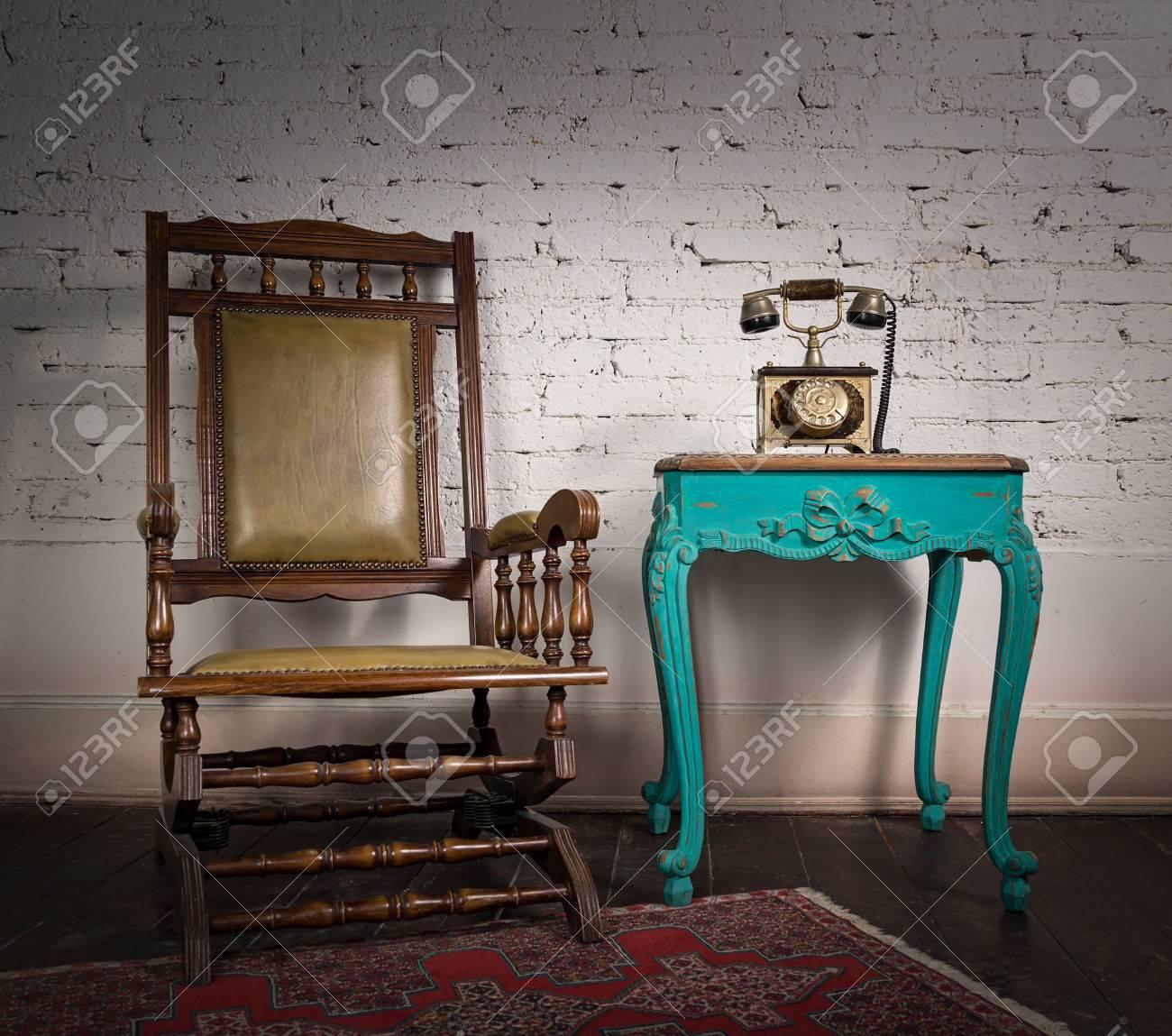Standard Bild   Retro Zusammensetzung Der Schaukelstuhl Aus Holz, Grün  Vintage Tisch Und Alte Telefon Set über Weiße Ziegel Wand Und Dunklen  Holzboden Mit ...