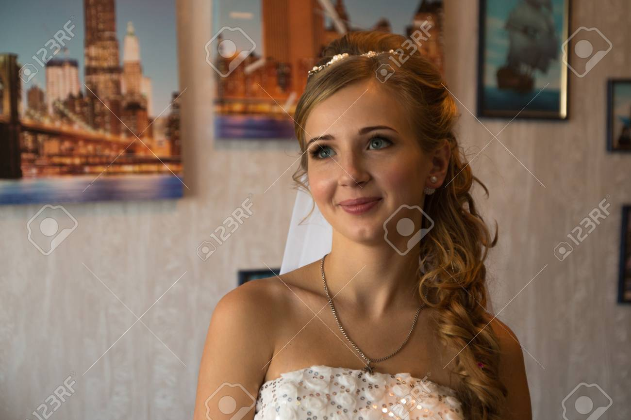 Schöne Braut Im Weißen Kleid Wartet Hochzeit Lizenzfreie Fotos ...