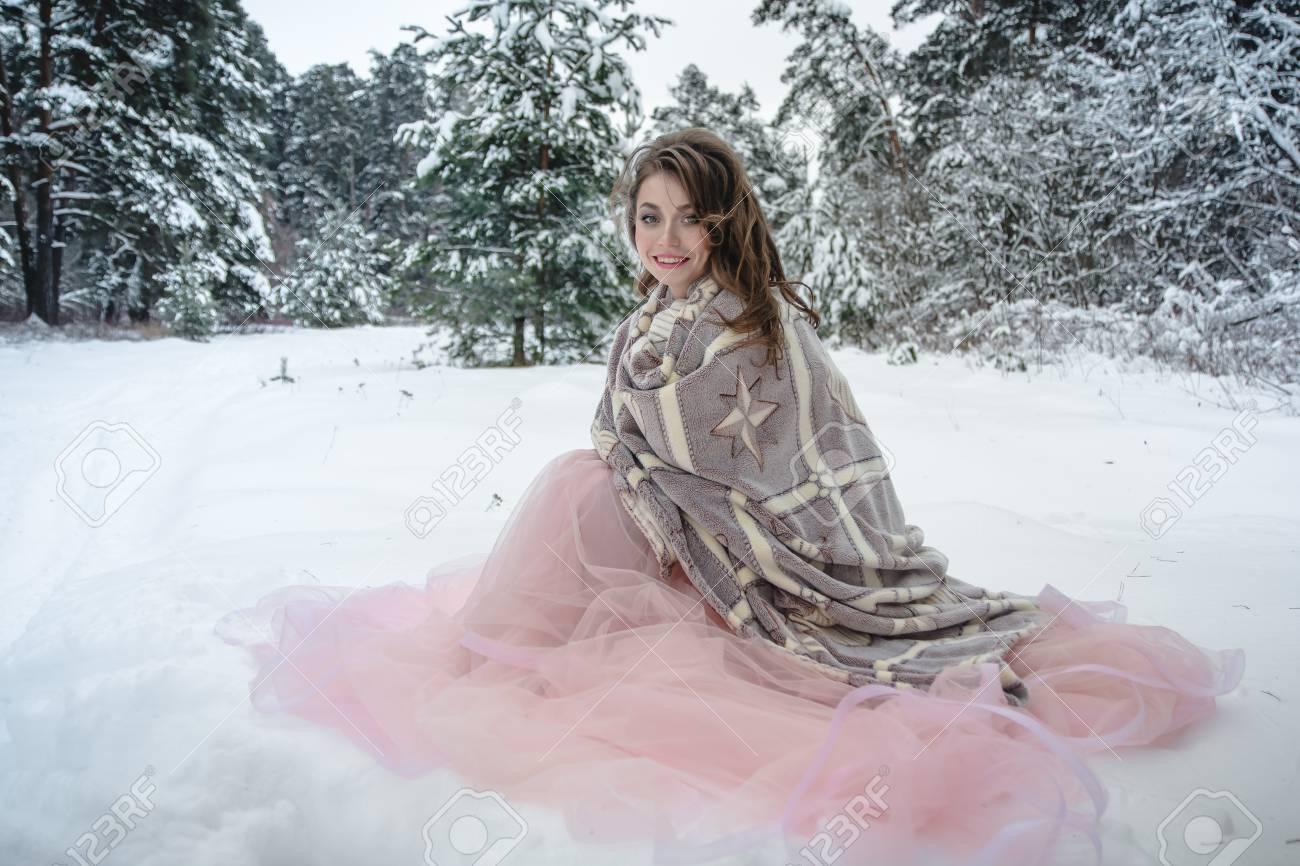 a35325ce15a Banque d images - Fille dans une belle robe rose dans une forêt d hiver