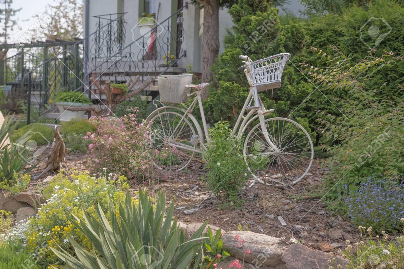 Vieux Vélo Blanc Dans Le Jardin Comme Décoration Banque D\'Images Et ...