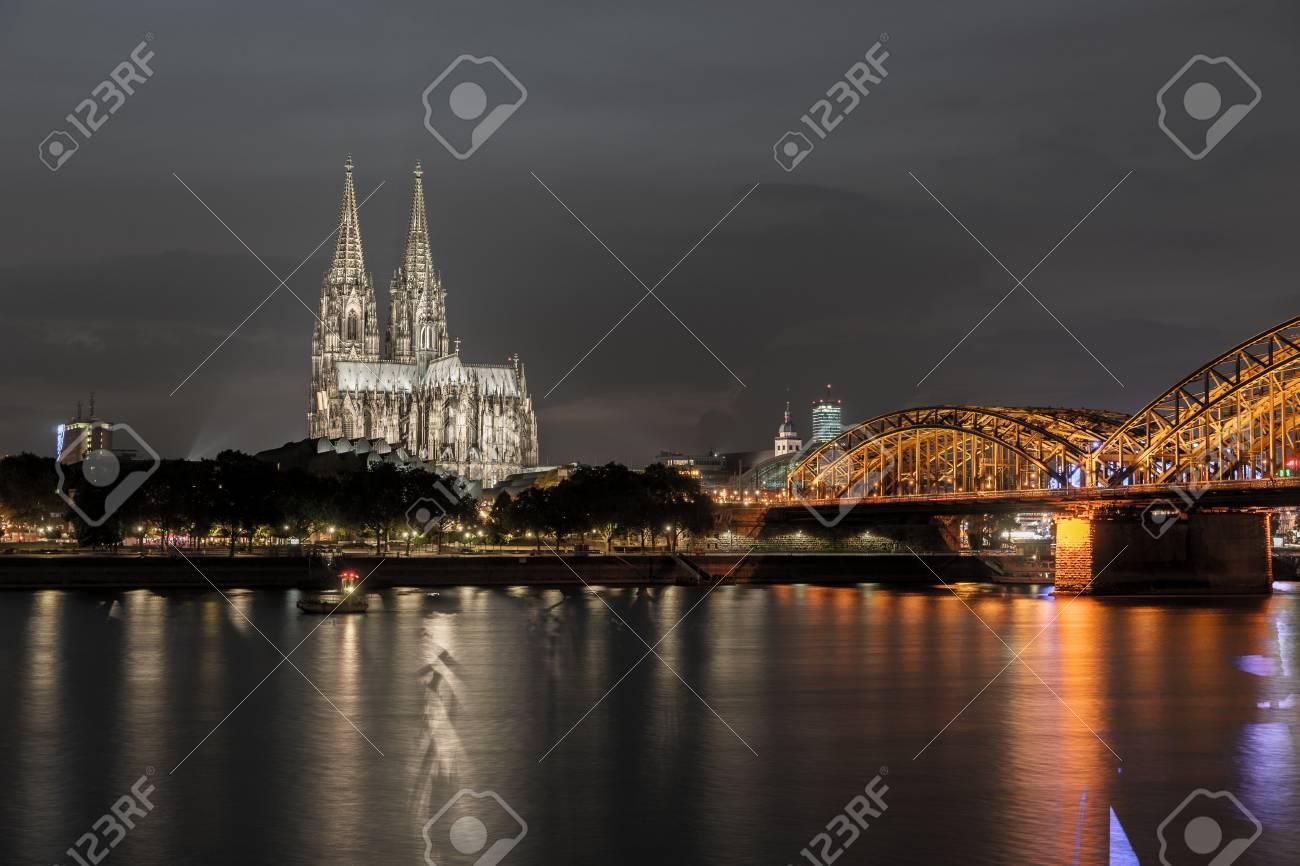 Beleuchtet Kolner Dom In Der Nacht In Koln Lizenzfreie Fotos Bilder Und Stock Fotografie Image 64461043