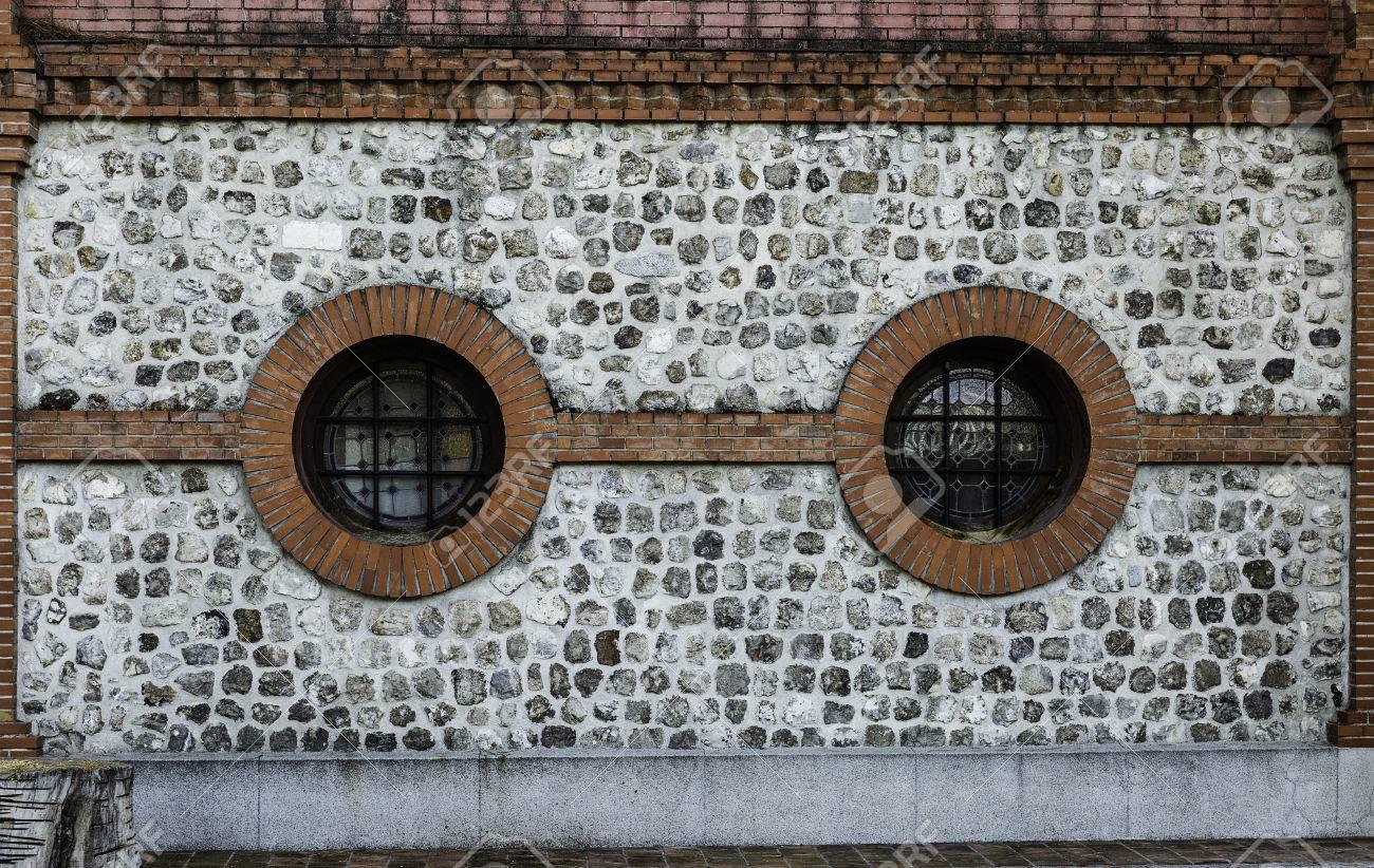 con blricks y piedras de fachadas rsticas y ventanas redondas remolcar parque inretiro madrid