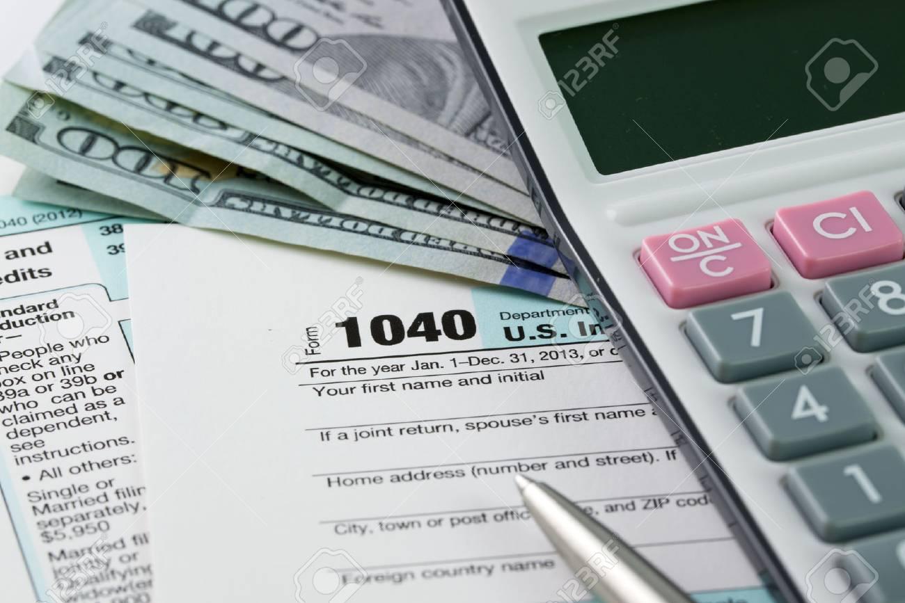 Das Ausfullen Der Einkommensteuer Formulare Mit Us Dollar Taschenrechner Und Stift Lizenzfreie Fotos Bilder Und Stock Fotografie Image 26158730
