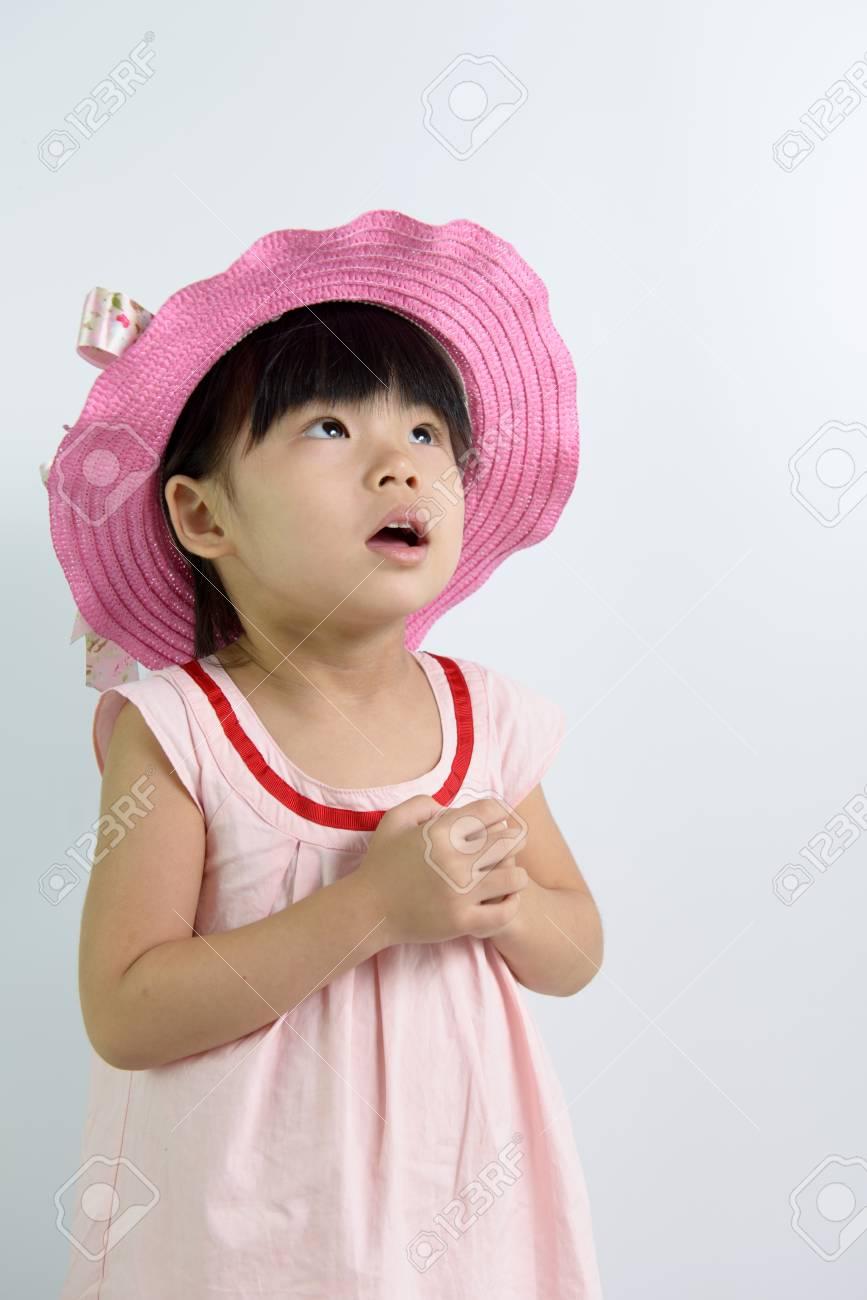 sélectionner pour véritable nouveau concept haut fonctionnaire Portrait de bébé fille portant chapeau d'été