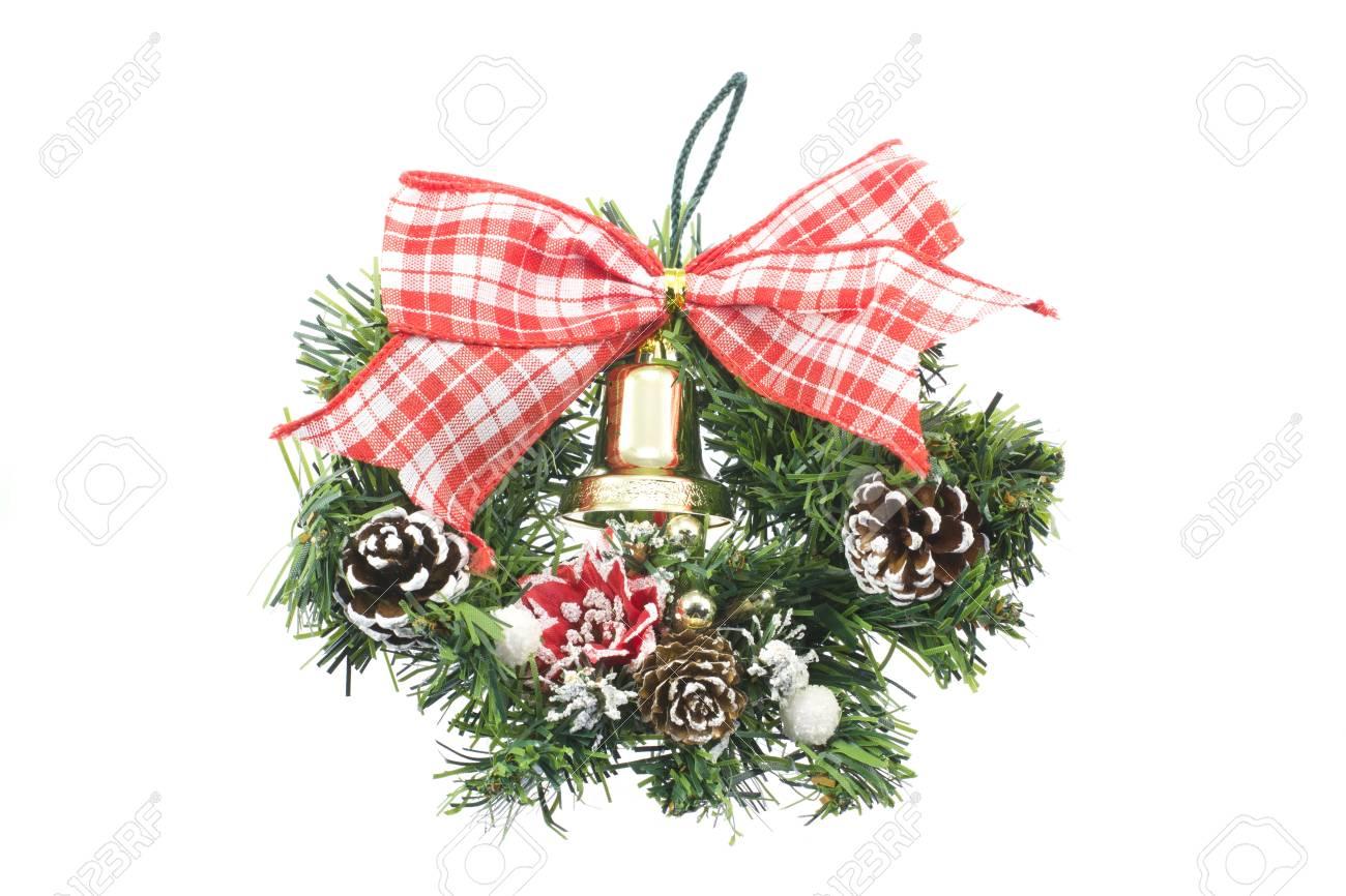 4b61c51fbdc19 Esta es una fotografía de una corona decorada con motivos navideños. Foto  de archivo -