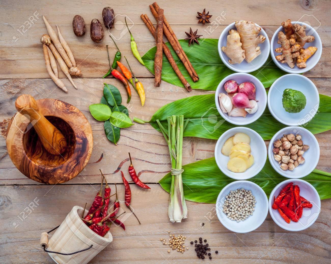 Verschiedene thailändische Lebensmittel kochen Zutaten für Gewürz rot  Curry-Paste Zutat von Thai beliebtes Essen auf Galanga Blatt Hintergrund.