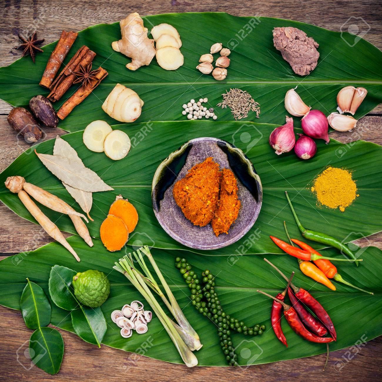 Verschiedene thailändische Lebensmittel Kochen Zutaten und Gewürz rot  Curry-Paste Zutat der Thai beliebtes Essen auf Gelbwurz-Blatt-Hintergrund.