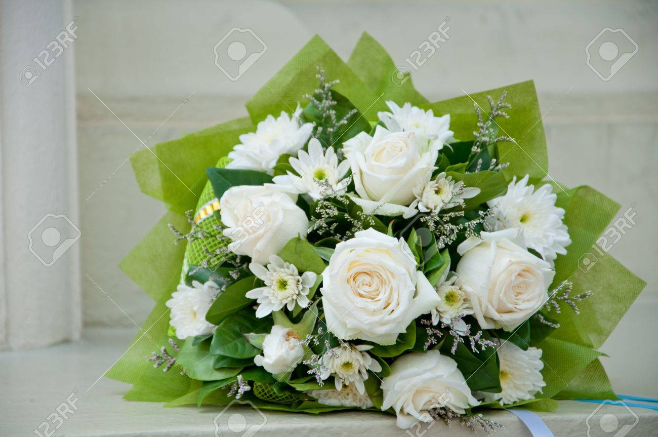 Beau Bouquet De Rose Blanche Et Blanche Du Chrysantheme Banque D