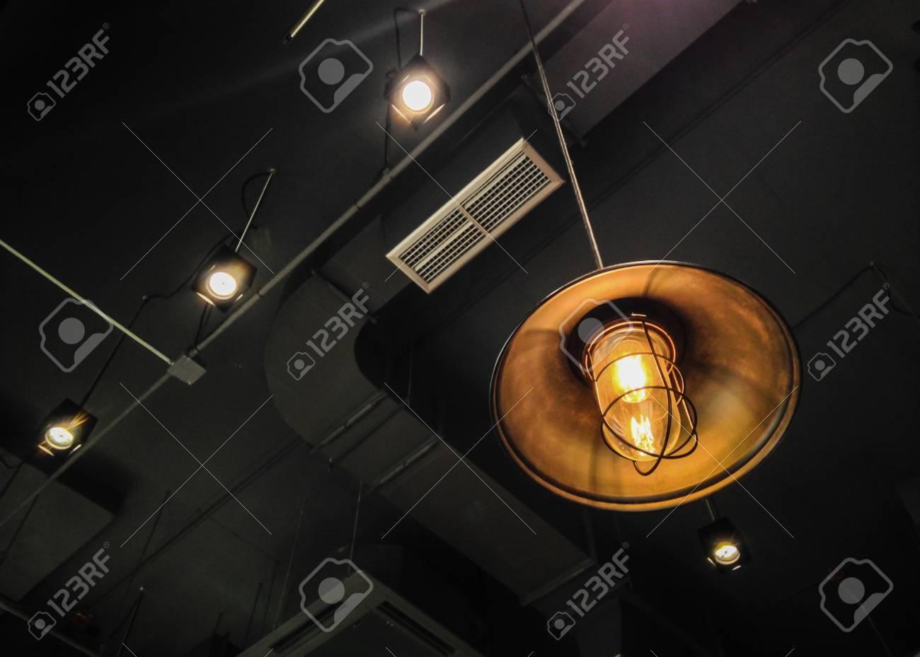 Moderne Lampen 56 : Die laterne mit lampe von der decke des modernen gebäudes als