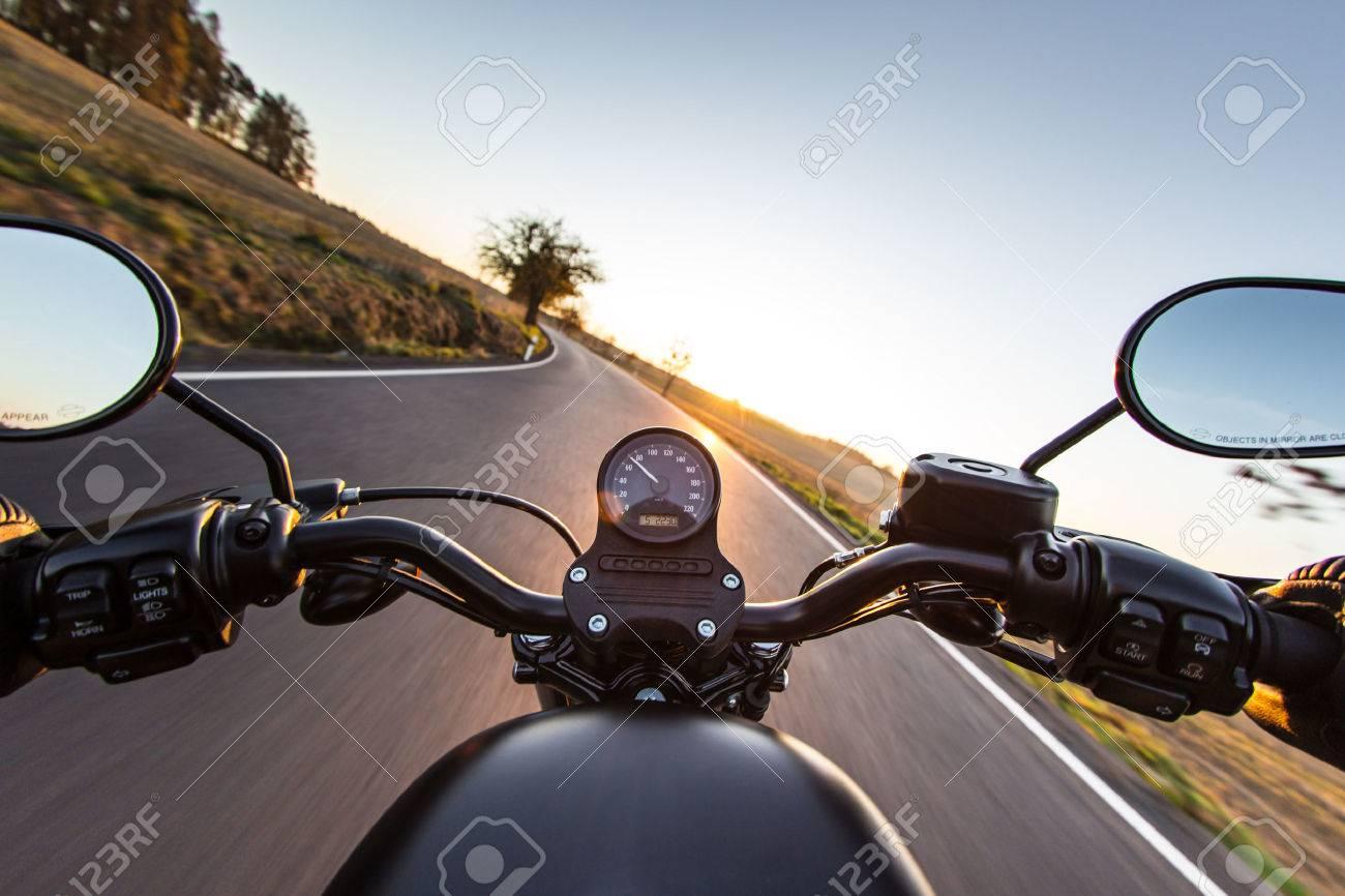 Der Blick über Den Lenker Eines Beschleunigung Motorrad Lizenzfreie ...