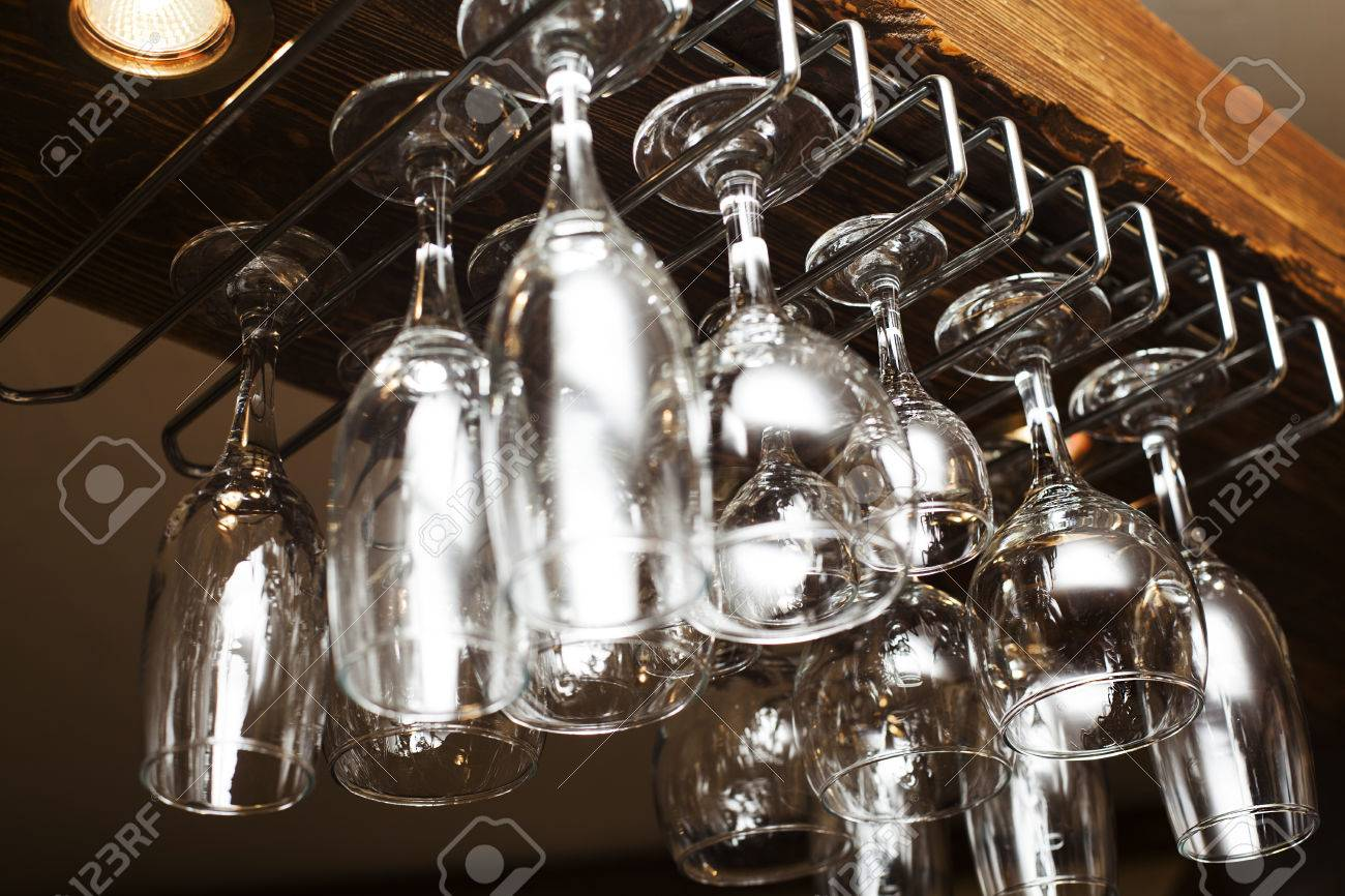 Beliebt Glas Weingläser Aus über Der Bar Aufgehängt Lizenzfreie Fotos RB48