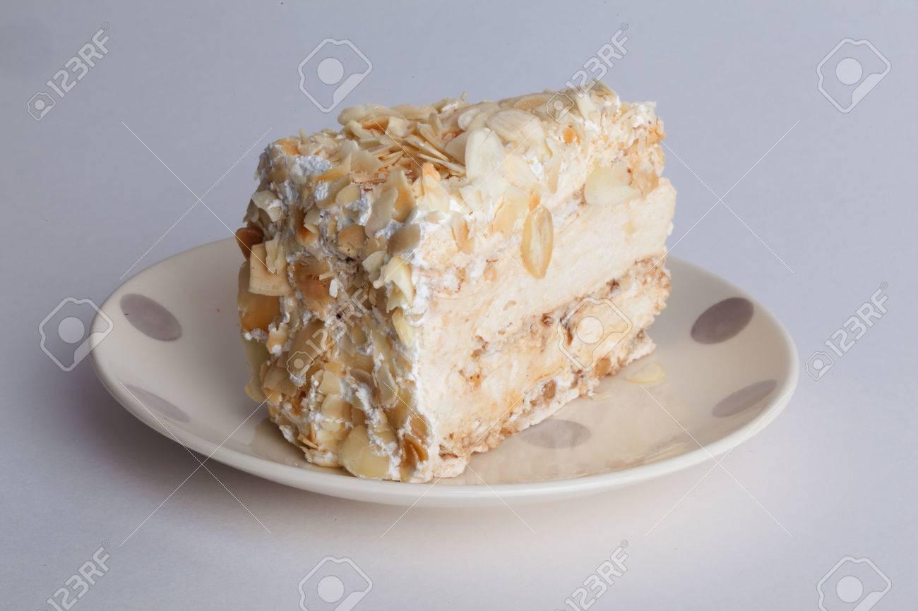 Napoleon Kuchen Mit Nussen Auf Einem Teller Auf Weissem Hintergrund